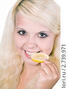 Купить «Девушка с лимоном», фото № 2739971, снято 13 августа 2011 г. (c) RedTC / Фотобанк Лори