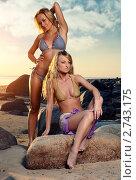 Купить «Две блондинки в бикини позируют на вечернем пляже», фото № 2743175, снято 7 июня 2008 г. (c) Alexander Tihonovs / Фотобанк Лори