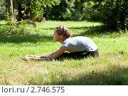 Купить «Девушка проводит гимнастическую тренировку на природе», фото № 2746575, снято 23 августа 2011 г. (c) Михаил Иванов / Фотобанк Лори