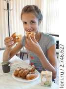Девушка в кафе ест пончики (2011 год). Редакционное фото, фотограф Михаил Иванов / Фотобанк Лори