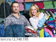 Купить «Молодая пара в магазине одежды», фото № 2748195, снято 22 апреля 2019 г. (c) Дмитрий Калиновский / Фотобанк Лори