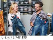 Купить «Молодая пара в магазине одежды», фото № 2748199, снято 23 октября 2018 г. (c) Дмитрий Калиновский / Фотобанк Лори
