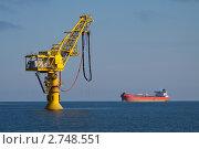 Купить «Выносной точечный причал Сокол проекта Сахалин-1 на фоне танкера», эксклюзивное фото № 2748551, снято 20 августа 2011 г. (c) Алексей Шматков / Фотобанк Лори