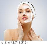 Косметическая маска а лице молодой женщины. Стоковое фото, фотограф Константин Юганов / Фотобанк Лори