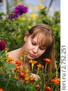 Девушка глядит на цветы. Стоковое фото, фотограф Евгений Разумовский / Фотобанк Лори