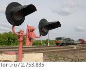 Купить «Светофор и железнодорожный состав», фото № 2753835, снято 4 июня 2009 г. (c) Юрий Пирогов / Фотобанк Лори
