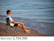 Купить «Мужчина в шезлонге на пляже», фото № 2754399, снято 22 октября 2018 г. (c) SummeRain / Фотобанк Лори