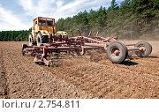Купить «Трактор обрабатывает почву», фото № 2754811, снято 19 августа 2011 г. (c) Вадим Ратников / Фотобанк Лори