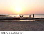 Прогулка на закате. Стоковое фото, фотограф Julija Kuznecova / Фотобанк Лори