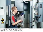Купить «Рабочий у современного станка», фото № 2768615, снято 16 августа 2018 г. (c) Дмитрий Калиновский / Фотобанк Лори