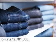 Купить «Стопка джинсов на полке в магазине», фото № 2781303, снято 23 октября 2018 г. (c) Дмитрий Калиновский / Фотобанк Лори