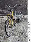 Велосипеды около каменной стены (2011 год). Редакционное фото, фотограф Илюхин Илья / Фотобанк Лори