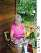 Купить «Женщина считает деньги», фото № 2788655, снято 16 июля 2011 г. (c) Татьяна Юни / Фотобанк Лори