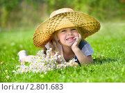 Девочка лежит на зеленой лужайке. Стоковое фото, фотограф Икан Леонид / Фотобанк Лори