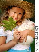 Купить «Портрет маленькой девочки в шляпе с котенком», фото № 2802071, снято 28 августа 2011 г. (c) Александр Филитарин / Фотобанк Лори