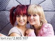 Купить «Две весёлые девушки под зонтиком», фото № 2803107, снято 3 сентября 2011 г. (c) Юрий Викулин / Фотобанк Лори