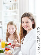 Девочка с мамой завтракают на кухне. Стоковое фото, фотограф Raev Denis / Фотобанк Лори
