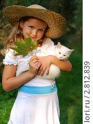Купить «Маленькая девочка в шляпе с котенком», фото № 2812839, снято 28 августа 2011 г. (c) Александр Филитарин / Фотобанк Лори