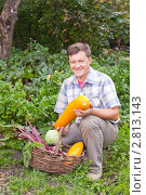Купить «Мужчина с овощами», эксклюзивное фото № 2813143, снято 18 сентября 2011 г. (c) Майя Крученкова / Фотобанк Лори