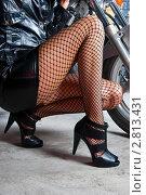Купить «Красивые женские ноги в колготках в сетку», эксклюзивное фото № 2813431, снято 16 сентября 2011 г. (c) Куликова Вероника / Фотобанк Лори