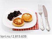 Оладьи с вишневым вареньем. Стоковое фото, фотограф Кирьянова Наталия / Фотобанк Лори