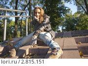 Девушка сидит на каменной лестнице в парке. Стоковое фото, фотограф Армен Богуш / Фотобанк Лори