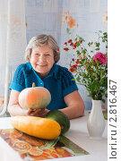 Купить «Женщина с овощами», эксклюзивное фото № 2816467, снято 22 сентября 2011 г. (c) Майя Крученкова / Фотобанк Лори
