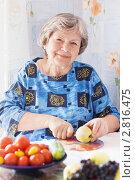 Купить «Женщина режет яблоко», эксклюзивное фото № 2816475, снято 22 сентября 2011 г. (c) Майя Крученкова / Фотобанк Лори
