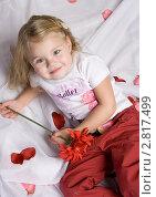 Девочка  в лежит в лепестках роз (2009 год). Редакционное фото, фотограф Евгения Шийка / Фотобанк Лори
