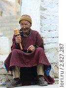 Купить «Пожилой мужчина крутит ручной молитвенный барабан и перебирает четки . Ладакх», эксклюзивное фото № 2827287, снято 10 сентября 2011 г. (c) Татьяна Белова / Фотобанк Лори