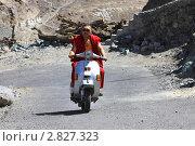Купить «Монах на мопеде», эксклюзивное фото № 2827323, снято 6 сентября 2011 г. (c) Татьяна Белова / Фотобанк Лори