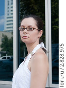 Девушка стоит возле офисного здания. Стоковое фото, фотограф Татьяна Малинич / Фотобанк Лори