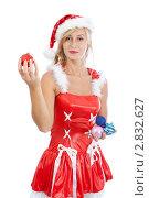 Купить «Девушка в костюме помощницы Санта-Клауса с елочными игрушками в руках», фото № 2832627, снято 28 августа 2011 г. (c) Сергей Дубров / Фотобанк Лори