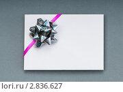 Купить «Конверт с блестящим бантом», фото № 2836627, снято 8 июня 2011 г. (c) Elnur / Фотобанк Лори