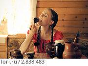 Девочка облизывает ложку с малиновым вареньем. Чаепитие. Стоковое фото, фотограф Моисеева Ирина / Фотобанк Лори