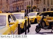 Такси и мотороллер. Прага. Стоковое фото, фотограф Моисеева Ирина / Фотобанк Лори