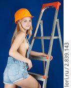 Сексуальная девушка в комбинезоне на стремянке. Стоковое фото, фотограф Яков Филимонов / Фотобанк Лори