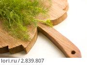 Купить «Зелень укропа на деревянной доске», фото № 2839807, снято 20 июня 2011 г. (c) Екатерина Рыбина / Фотобанк Лори