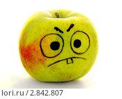 Купить «Жёлтое яблоко с нарисованной рожицей», фото № 2842807, снято 4 октября 2011 г. (c) Art Konovalov / Фотобанк Лори