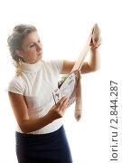 Купить «Женщина выбирает колготки на белом фоне», фото № 2844287, снято 16 августа 2018 г. (c) Кирилл Путченко / Фотобанк Лори