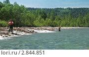 Два рыбака с нахлыстом. Стоковое видео, видеограф Андрей Воскресенский / Фотобанк Лори