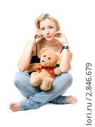 Купить «Блондинка сидит с плюшевым медведем», фото № 2846679, снято 6 января 2010 г. (c) Сергей Сухоруков / Фотобанк Лори