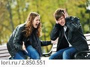 Купить «Разгневанная девушка кричит на своего парня», фото № 2850551, снято 7 июля 2020 г. (c) Дмитрий Калиновский / Фотобанк Лори