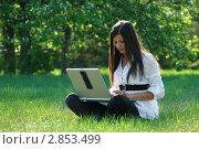 Молодая девушка работает на ноутбуке в парке. Стоковое фото, фотограф Светлана Полушкина / Фотобанк Лори