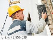 Купить «Рабочий-штукатур на стройке», фото № 2856039, снято 23 мая 2019 г. (c) Дмитрий Калиновский / Фотобанк Лори