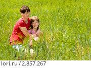 Мама и дочка в колосьях озимой пшеницы. Стоковое фото, фотограф Сергей Шульгин / Фотобанк Лори