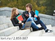 Купить «Студенты сидят на лестнице с тетрадями и ноутбуком», фото № 2859887, снято 16 июля 2018 г. (c) Дмитрий Калиновский / Фотобанк Лори