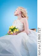 Молодая беременная женщина сидит в белом платье с цветами. Стоковое фото, фотограф Марина Теплякова / Фотобанк Лори