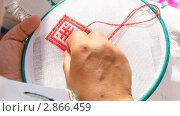 Купить «Вышивка геометрического орнамента красной нитью», видеоролик № 2866459, снято 18 сентября 2011 г. (c) Милана Харитонова / Фотобанк Лори