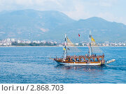 Прогулочная туристическая яхта плывёт вдоль побережья г. Алания, Турция (2011 год). Редакционное фото, фотограф Кардаш Валерия / Фотобанк Лори